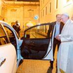 Com seu novo carro, Papa dá uma lição aos líderes mundiais