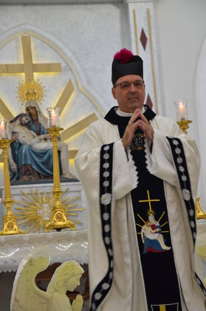 Monsenhor Carlos completou 25 anos de sacerdócio