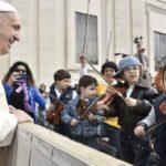 Duas propostas de Francisco para recordar o Batismo todos os dias