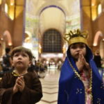 Por que pais vestem filhos pequenos como santos?