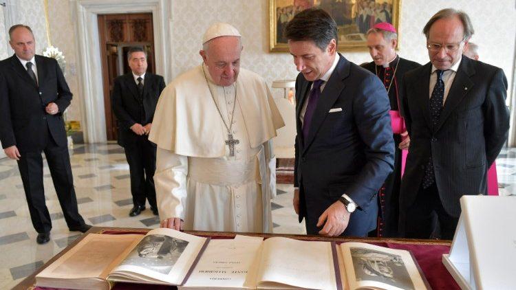 Papa Francisco recebe no Vaticano o premier italiano Giuseppe Conte