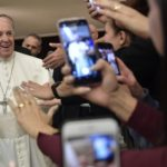 Papa diz que devemos insistir na oração, Deus atende sempre