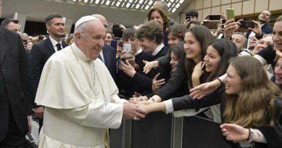 Papa aos estudantes: cuidem da própria interioridade e livrem-se do vício de estar no celular