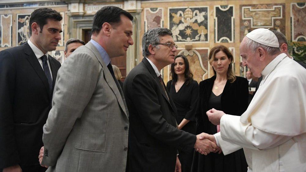 Papa: precisamos de jornalistas que estejam da parte dos excluídos