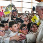 Papa despede-se de Camerino encontrando as crianças da Primeira Eucaristia