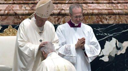 """Papa: """"Primeiro trabalho de um bispo é rezar"""""""