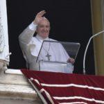 Papa no Angelus: a oração é realmente cristã se tiver dimensão universal