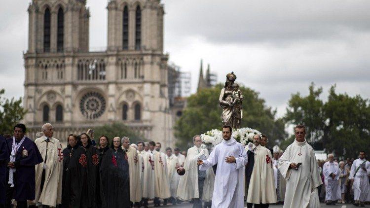 Papa aos fiéis de Paris: reconstrução da Notre-Dame é sinal de renascimento da fé