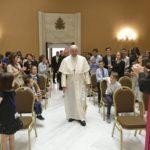 Papa aos jovens acolhidos no Centro Social de Braga: não tenham medo da revolução da ternura