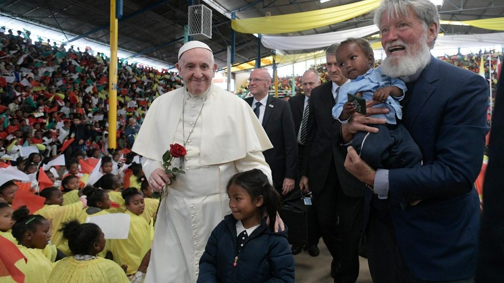 Papa encoraja famílias de Akamasoa: a pobreza não é fatalidade e pode ser cântico de esperança