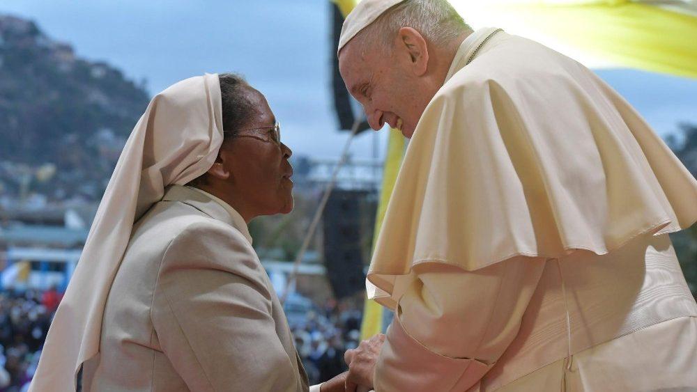 """Papa: não somos """"profissionais do sagrado"""", mas homens e mulheres de louvor"""