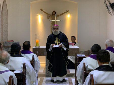 Missa em sufrágio pelos padres, bispos e arcebispos falecidos foi celebrada na Capela da cripta da Catedral