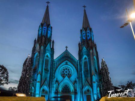 Iluminação da Catedral de Botucatu chama a atenção de todos