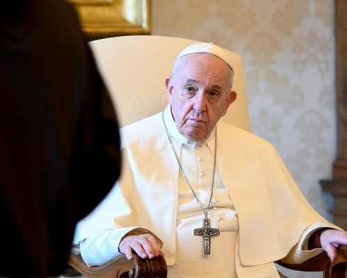 """O Papa: a intercessão é própria dos Santos que são """"pontes"""" entre Deus e o seu povo"""