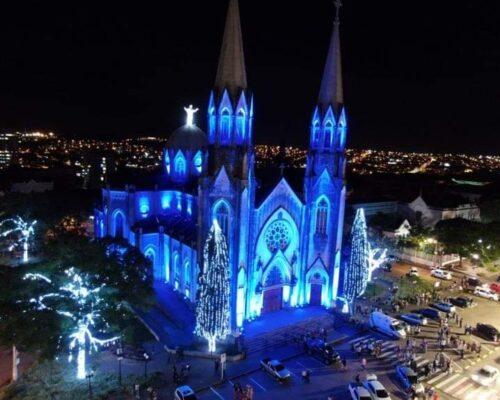 Nossa Catedral se ilumina por você e tua família!