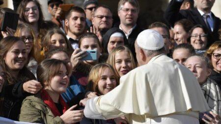 Papa Francisco: comunicar encontrando as pessoas onde estão e como são