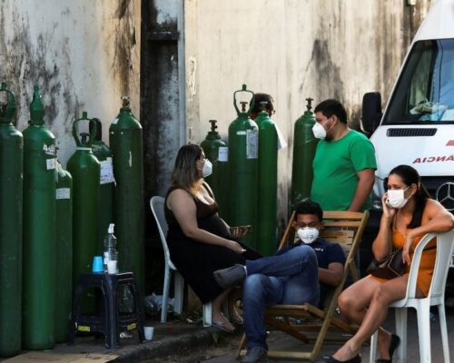 """Manaus vive """"uma realidade de morte"""", mas também de solidariedade"""