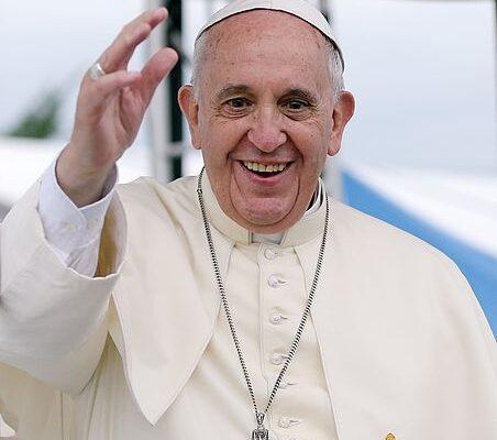 Papa beija o braço de sobrevivente de Auschwitz